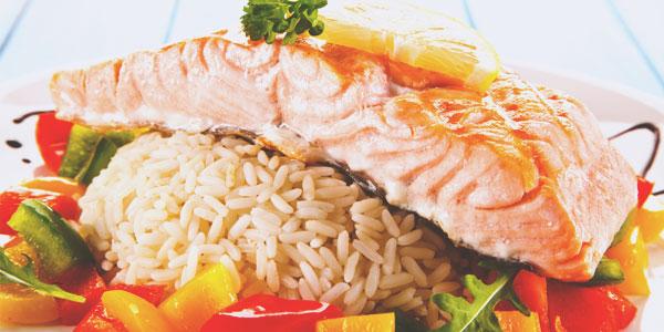 Saumon au riz et petits légumes, un plat garanti sans gluten