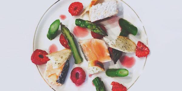 Déclinaison de saumon, asperges et framboises du chef à domicile sur Nîmes Nabil Hillion