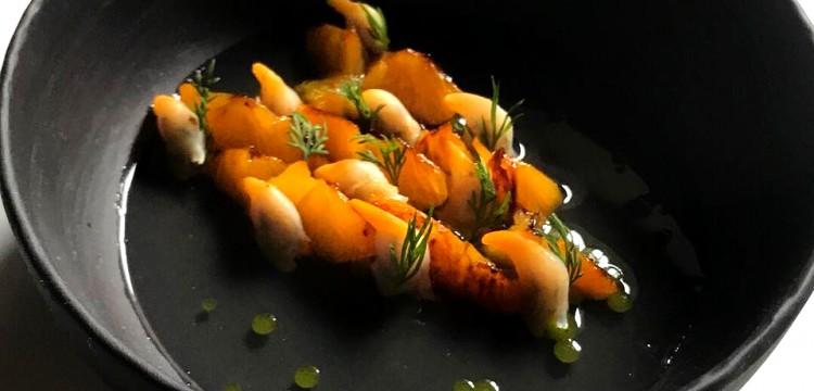 Coques--eau-de-pastèques-iodée-légèrement-infuser-au-baie-de-genévrier--huile-d'estragon-saumuré--mandarine-grillé-au-genévrier