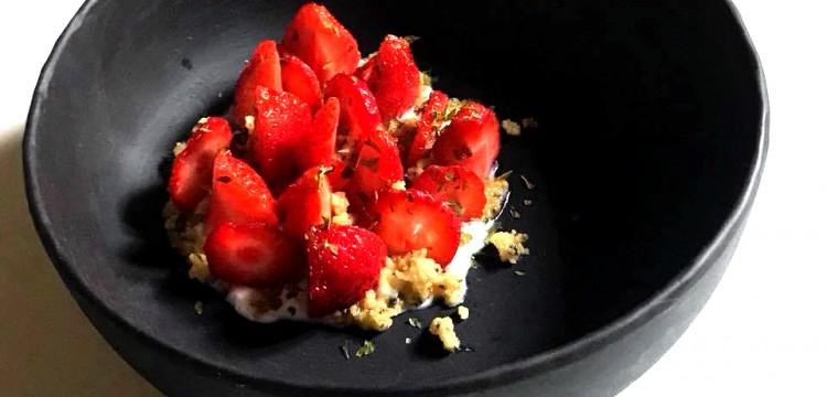 Macération-de-fraises-au-kombu-et-shiso-vert-déshydratée--crème-au-vinaigre-de-shiso--Sablée-kombu-a-l'huile-de-shiso-